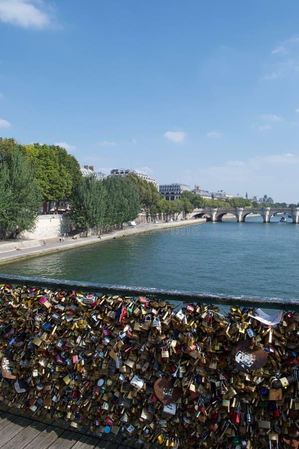 Hänglås älskar lås i bro över floden Seine i Paris, Frankrike arkivfoton