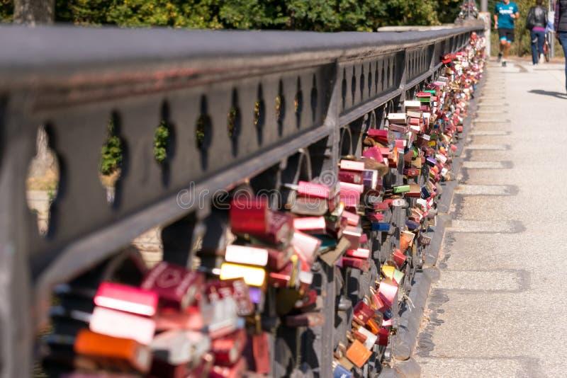 Hänglås på bron i Hamburg arkivbilder