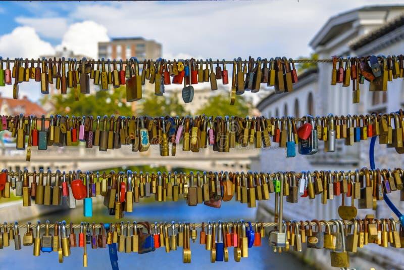 Hänglås på förälskelsebron över den Ljubljanica floden arkivfoto