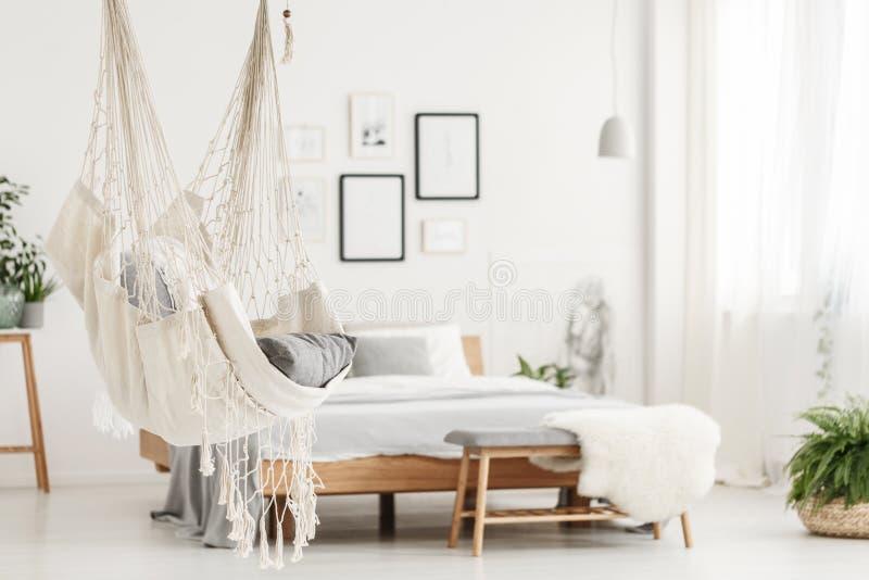 Hängmatta och säng i sovrum royaltyfri fotografi