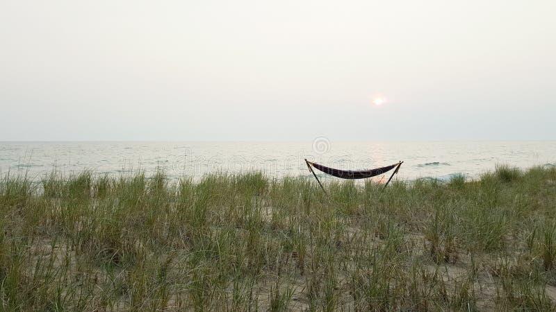 Hängmatta på sjön royaltyfria bilder