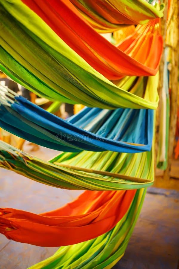 Hängmattor av olika färger, färger av regnbågen på nattmarknaden i Goa royaltyfri fotografi