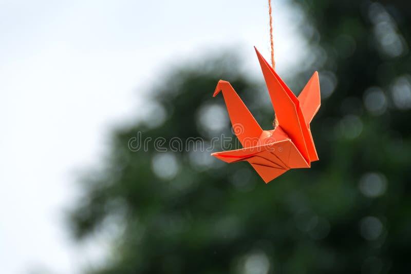 Hängning för fåglar för origamiapelsinpapper på träd arkivbilder