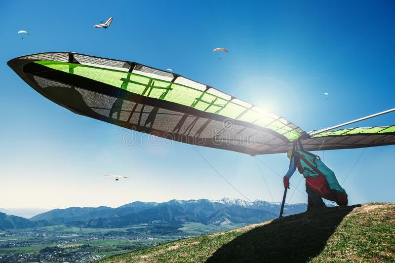 Hängning-glidflygplan start som flyger royaltyfri bild