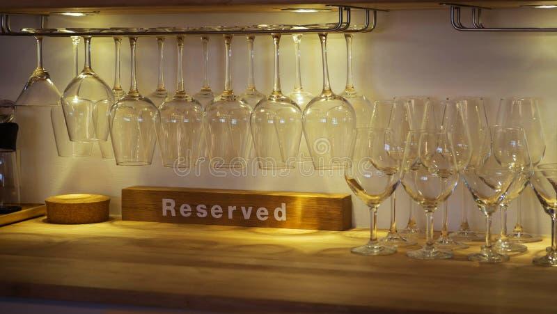 Hängningar för vinexponeringsglas på en glass kugge royaltyfri bild