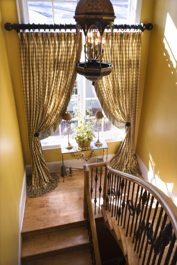 hängt upp gardiner landa trappafönster arkivbild