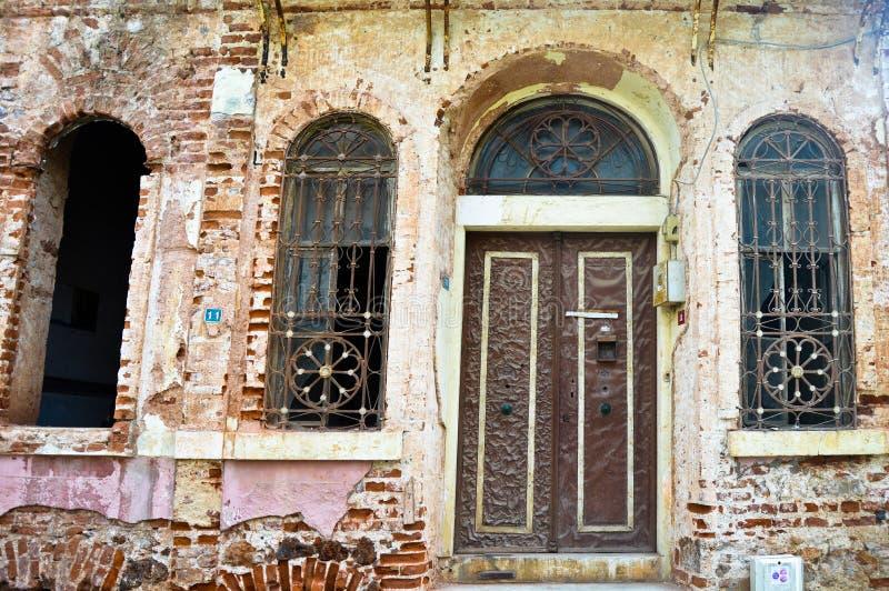 Hänrycka dörren och fönster av ett mycket gammalt hus som överges i Buyukada, Istanbul fotografering för bildbyråer