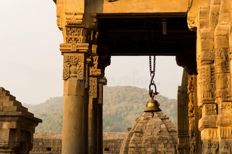 Hänrycka klockan på den Baijnath templet i Himachal Indien arkivfoto