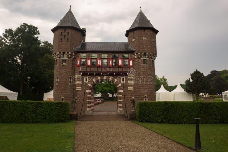 Hänrycka porten och rockera väggen av De Haar Castle royaltyfri bild