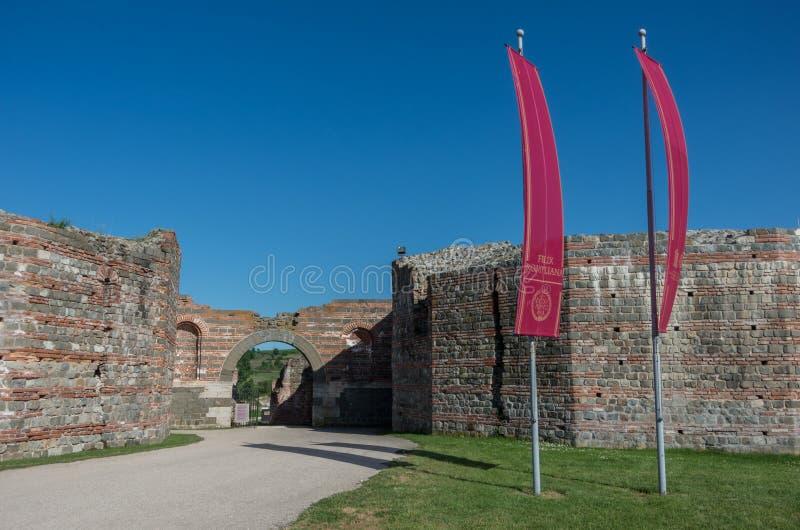 Hänrycka porten till Felix Romuliana, den forntida romerska kejsaren Galerius royaltyfri foto