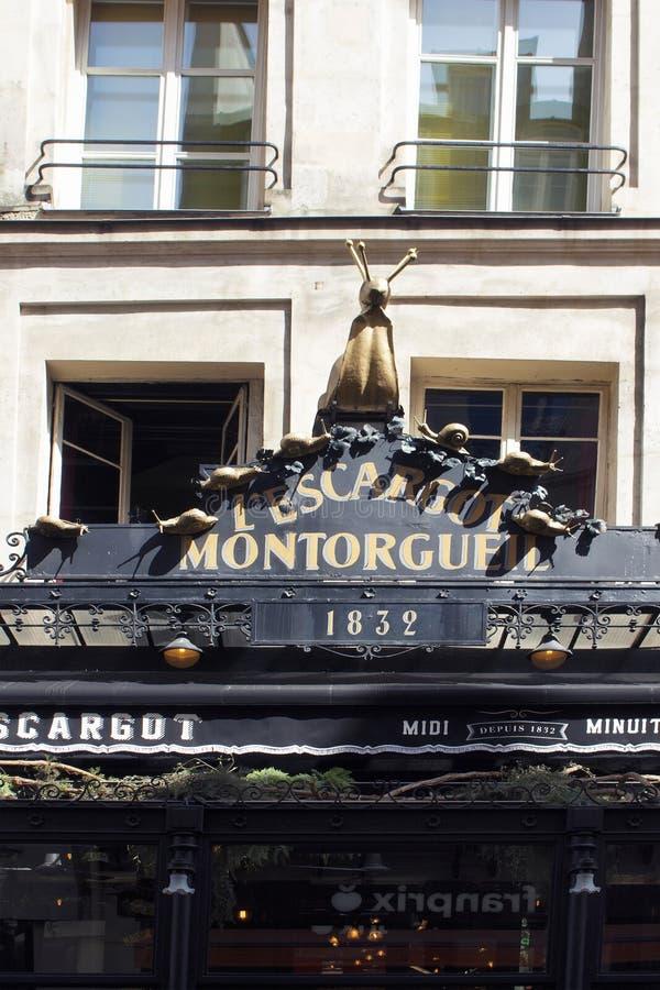 Hänrycka sikten av en fransk restaurang i Paris royaltyfri fotografi