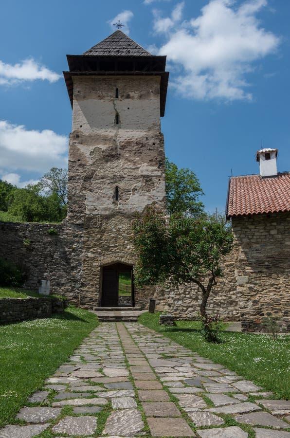 Hänrycka tornet av den Studenica kloster, för århundradeserb för th 12 orth arkivfoton