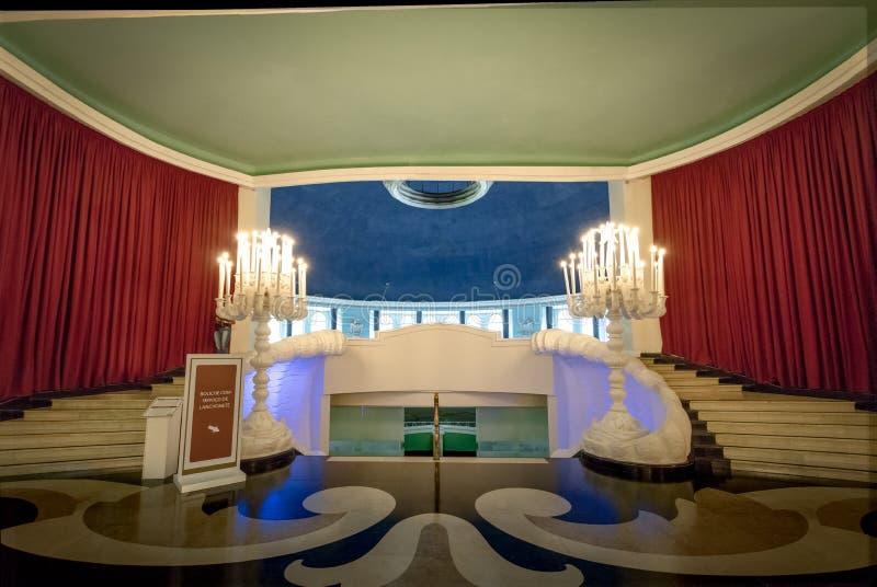 Hänrycka trappa till Maua Hall på hotellet för kasinot för den Quitandinha slotten det tidigare - Petropolis, Rio de Janeiro, Bra fotografering för bildbyråer