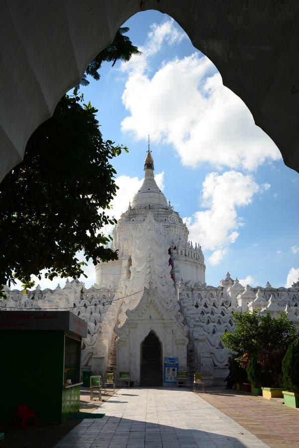 Hänrycka utfärda utegångsförbud för Hsinbyume pagod eller Myatheindan pagod Mingun Sagaing region myanmar royaltyfri fotografi