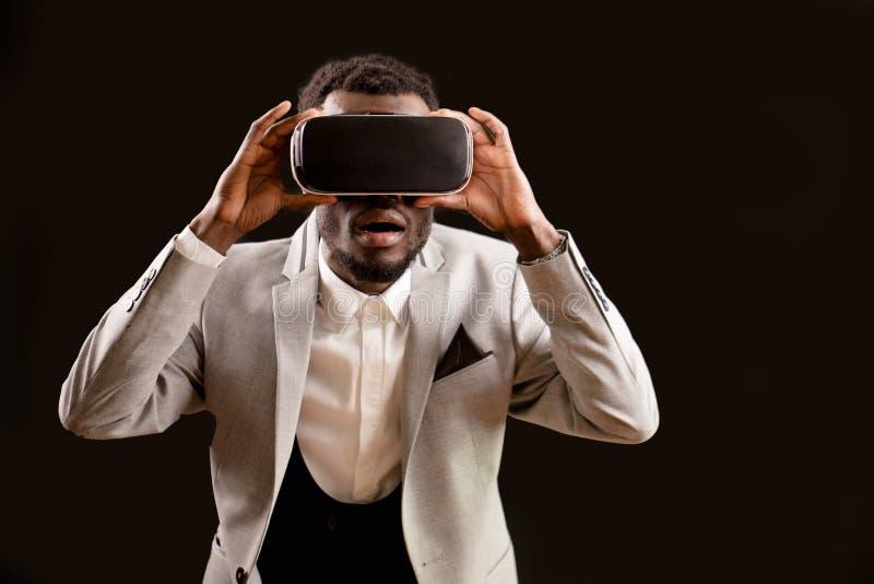 Häpen Africam modell i VR-hörlurar med mikrofon i faktisk värld arkivbilder