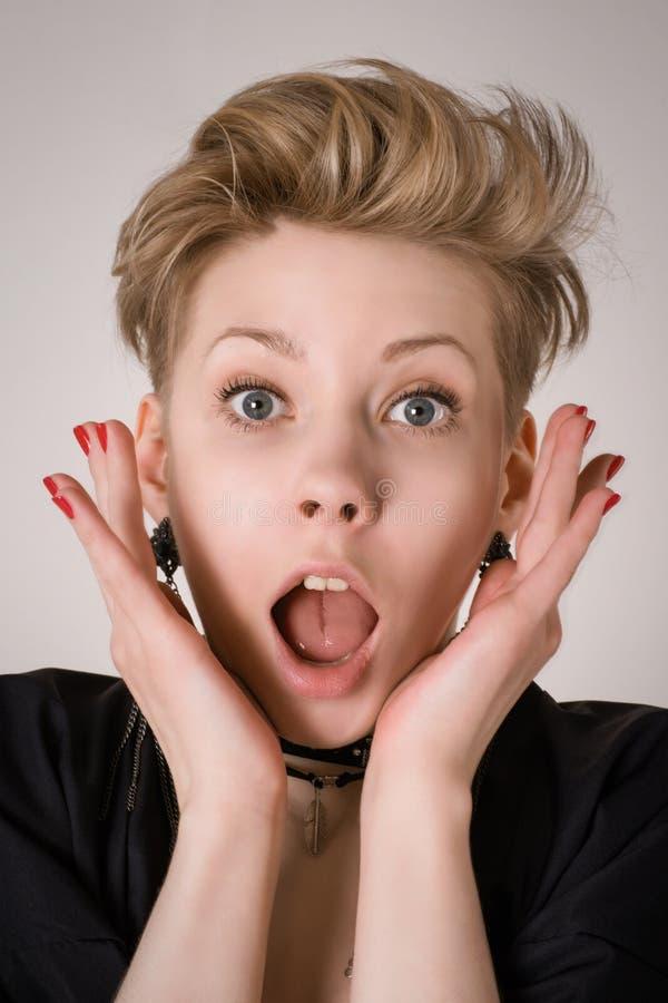 Häpen, chockad eller förvånad blond kvinna fotografering för bildbyråer