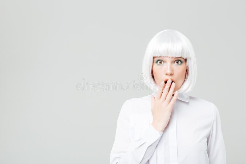 Häpen nätt ung kvinna med blont hår royaltyfri foto