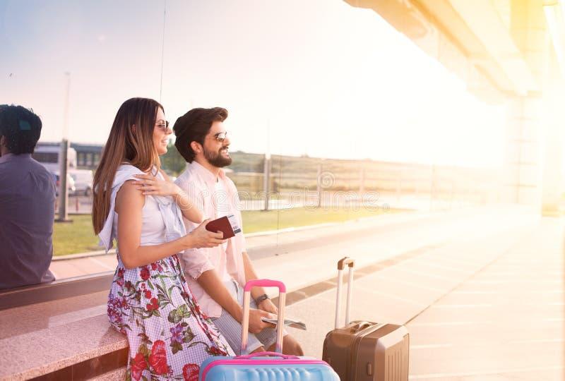 Häpna par på flygplatsen arkivfoton
