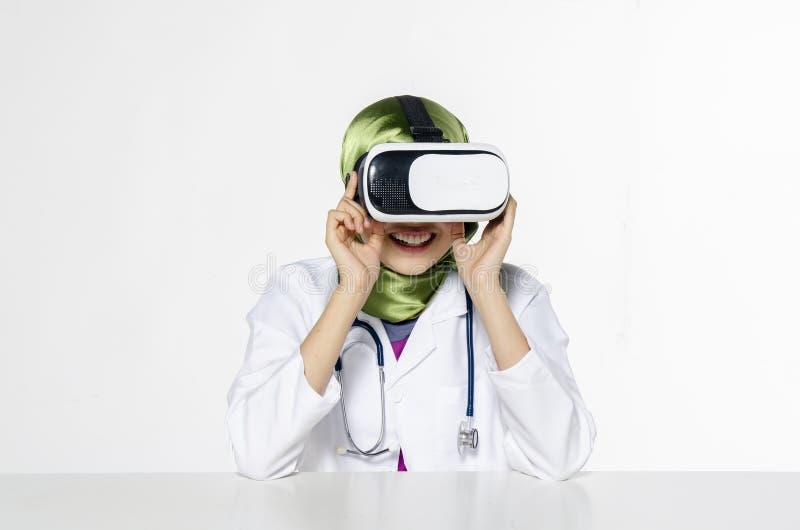 Häpna unga kvinnor som bär virtuell verklighet, rullar med ögonen över abstrakt begrepp royaltyfri foto