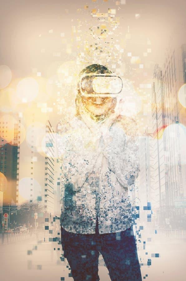 Häpna unga kvinnor som bär virtuell verklighet, rullar med ögonen att skingra in royaltyfria bilder
