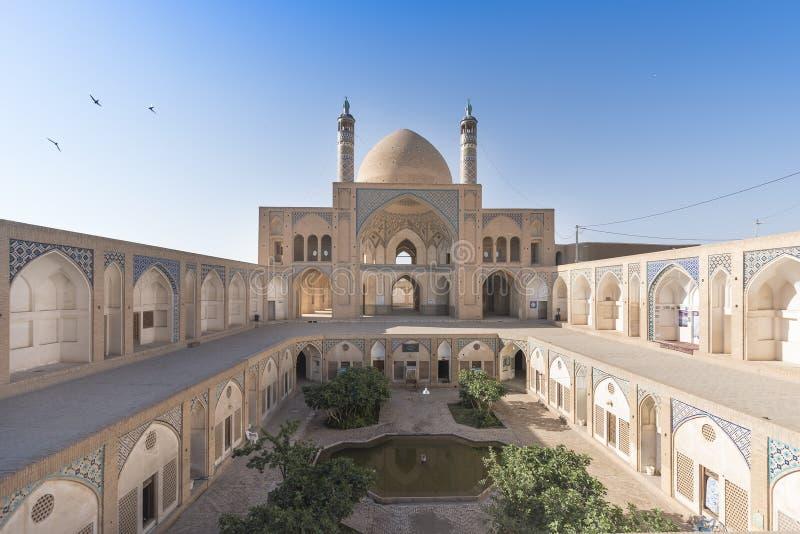 Häpnadsväckande cirkeltakfönster inom av det Tabatabaei huset, ett historiskt hus i Kashan Iran royaltyfri bild