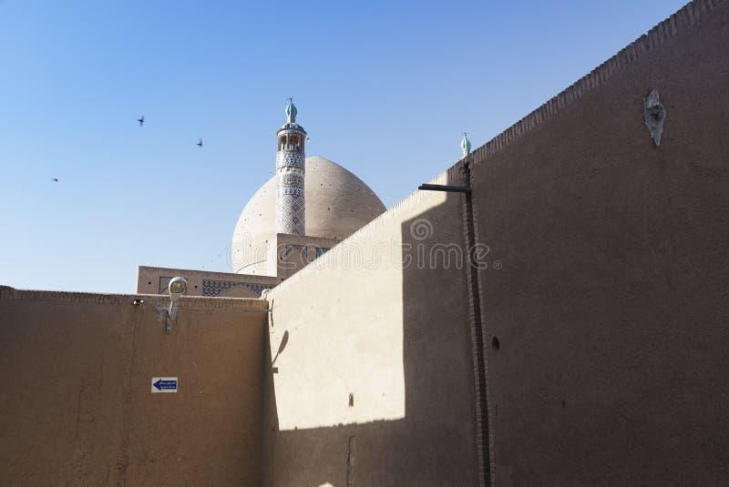 Häpnadsväckande cirkeltakfönster inom av det Tabatabaei huset, ett historiskt hus i Kashan Iran royaltyfria foton