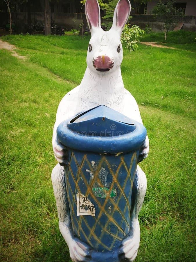 Här är en soptunna i trädgården royaltyfria foton
