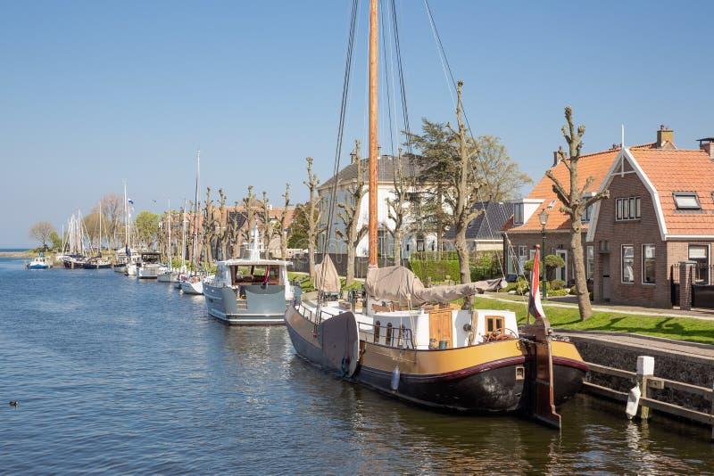 Härbärgera den holländska staden Medemblik med det historiska träseglingskeppet royaltyfri foto