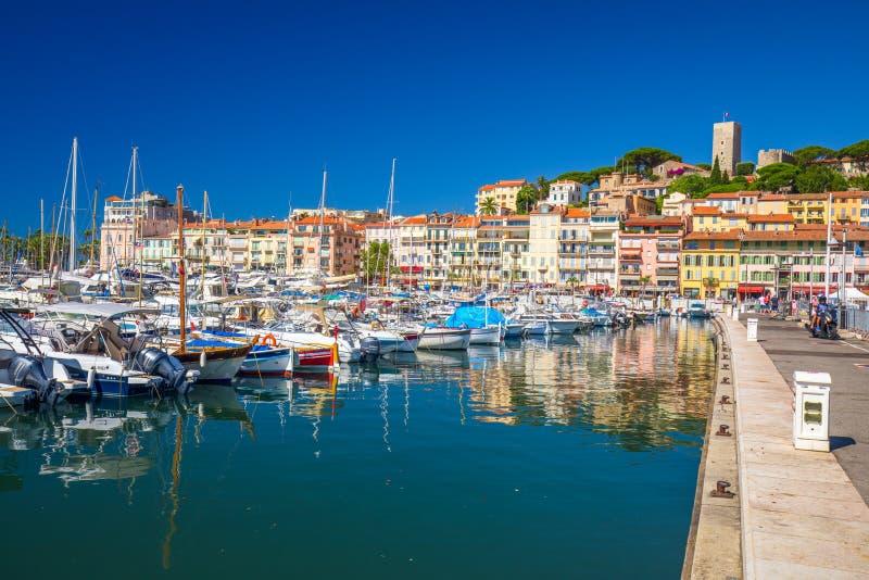 Härbärgera i den Cannes staden med färgrika hus och promenad på franska riviera arkivbild
