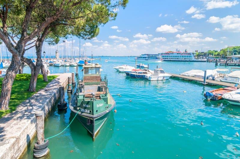 Härbärgera med fartyget i Desenzano på sjön Garda, Italien arkivfoton