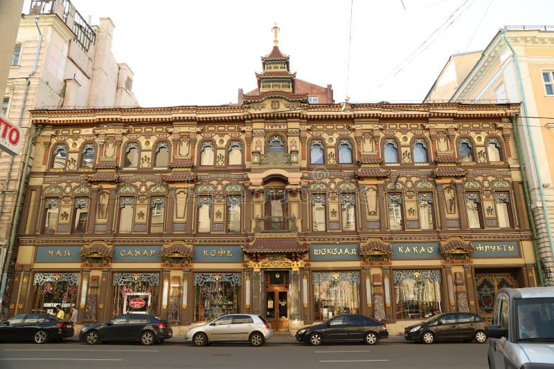 Härlig äldst byggnad shoppar i Moskva arkivbild