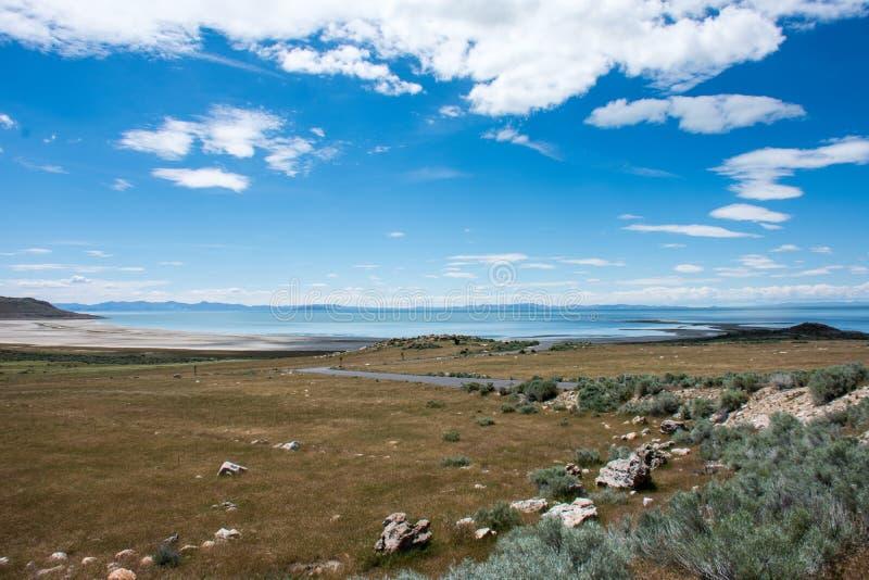 Härlig äng och fält i antilopödelstatspark i Utah, på kusterna av Greatet Salt Lake royaltyfri fotografi