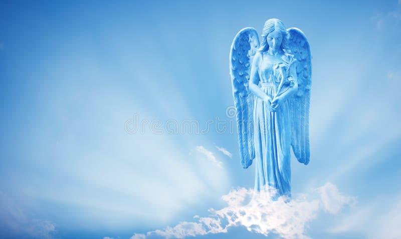 Härlig ängel i himmel med gudomliga strålar av solljus royaltyfri bild