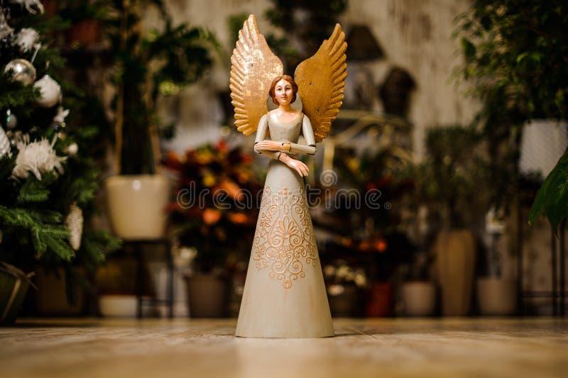Härlig ängelstenskulptur med ett sött uttryck arkivfoton