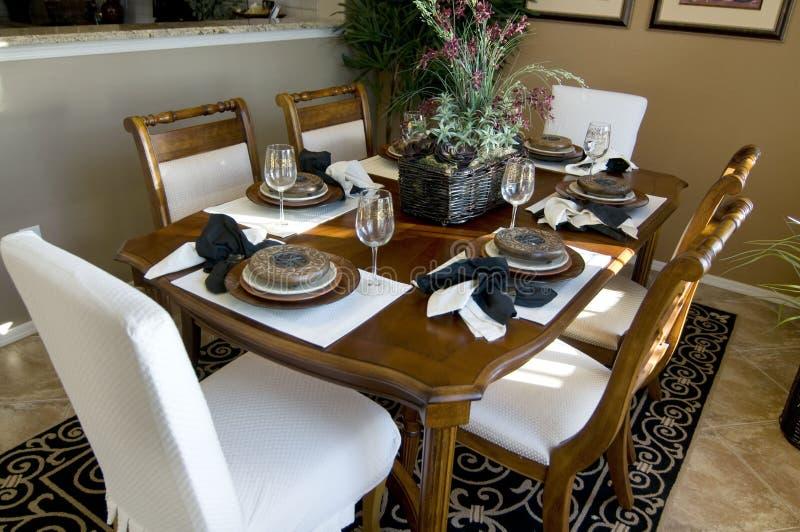 härlig äta middag tabell royaltyfri bild