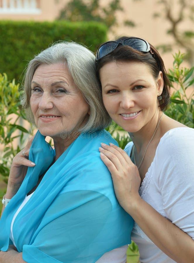 Härlig åldringmoder med en vuxen dotter royaltyfri fotografi