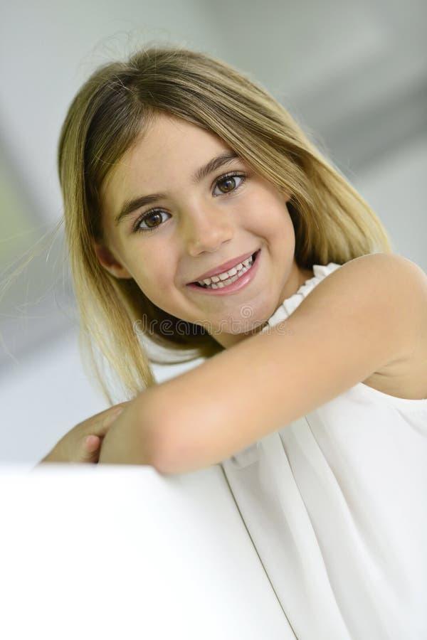 Härlig 6-årig flicka royaltyfri foto