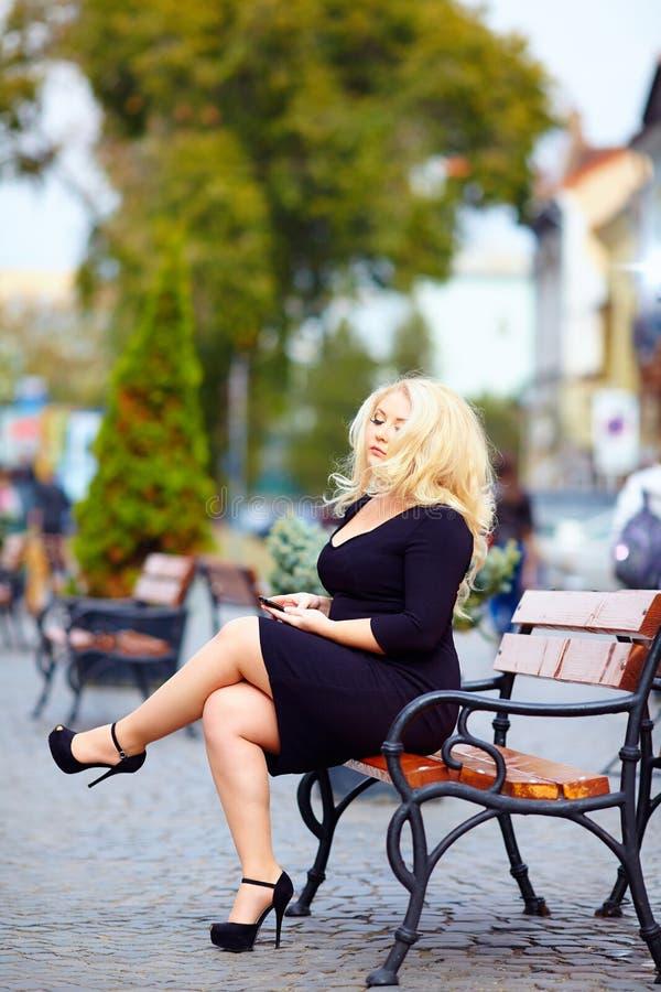 Härlig överviktig kvinna i staden royaltyfria foton