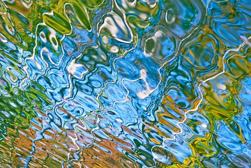 Härlig abstrakt vattenreflexion i gula och gröna färger för blått, royaltyfri fotografi