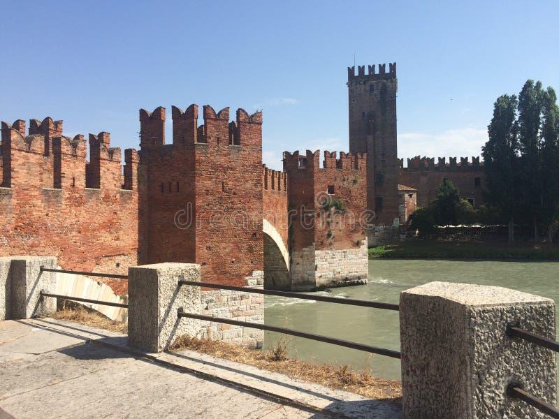 Härlig Adige flod med slotten Castelvecchio arkivbild