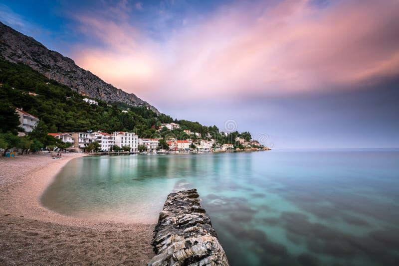 Härlig Adriatiska havet strand och Mimice by på Omis Riviera royaltyfri bild