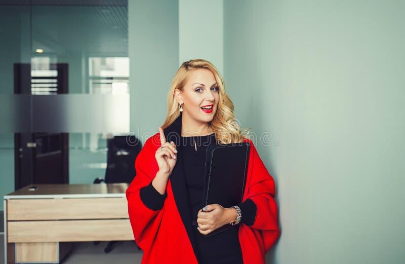 härlig affärskvinna arkivbild