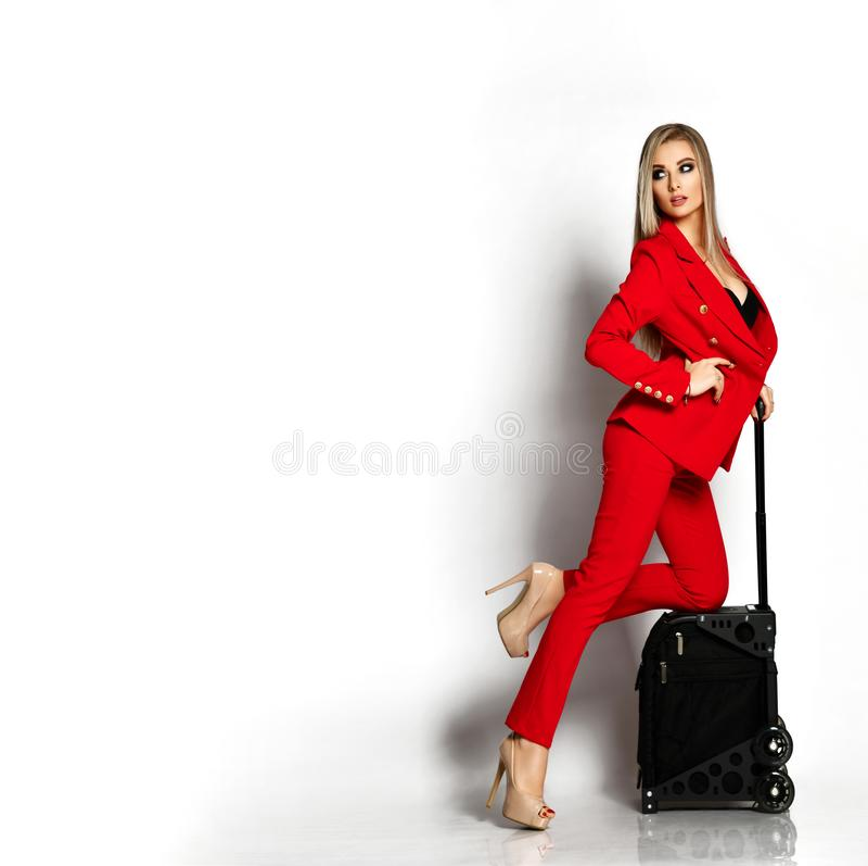Härlig affärskvinna i full kropp för röd tillfällig dräktmakeupkonstnärs resväska för lopp fotografering för bildbyråer