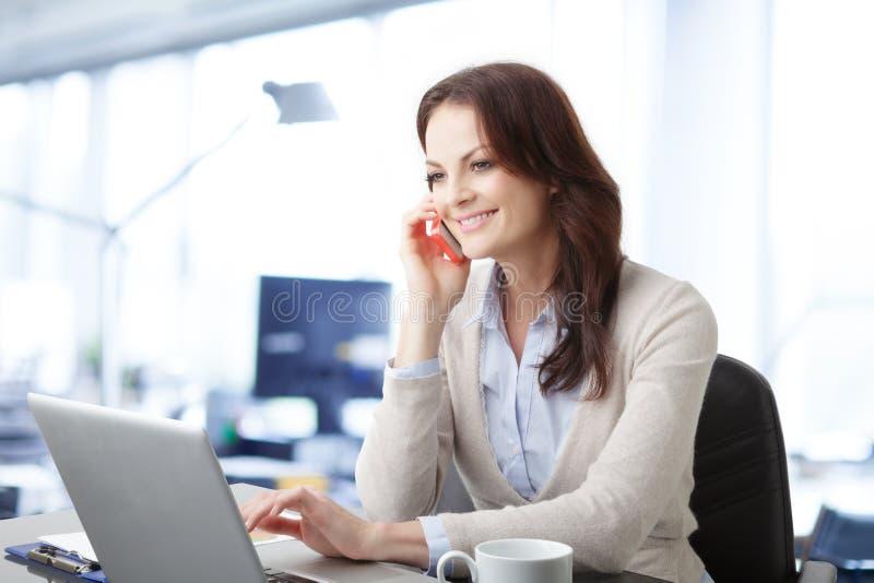 Härlig affärskvinna med bärbara datorn royaltyfri bild