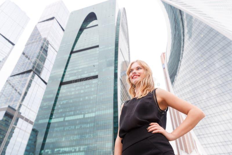 Härlig affärskvinna med blont hår i elegant svart dräkt royaltyfri foto