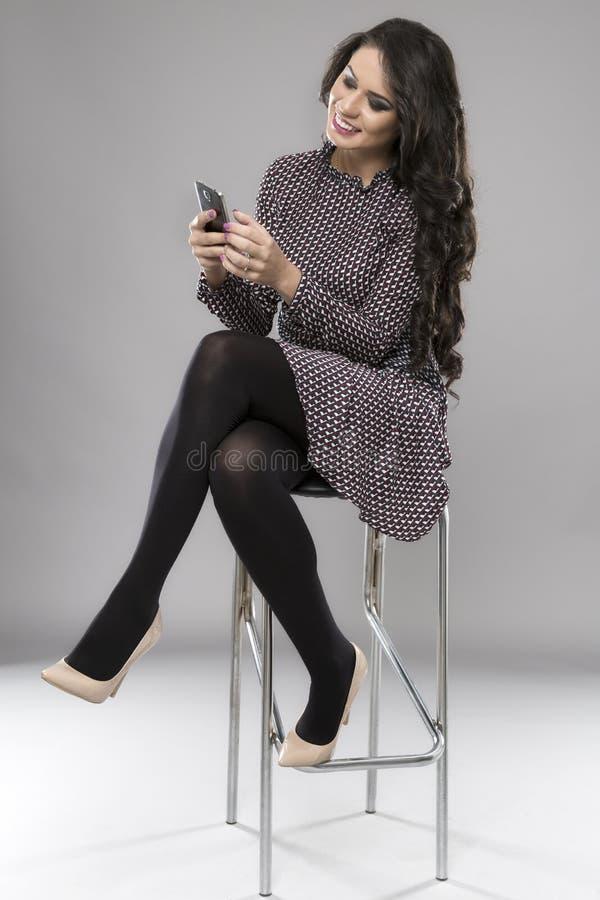 Härlig affärskvinna med en mobiltelefon royaltyfria bilder