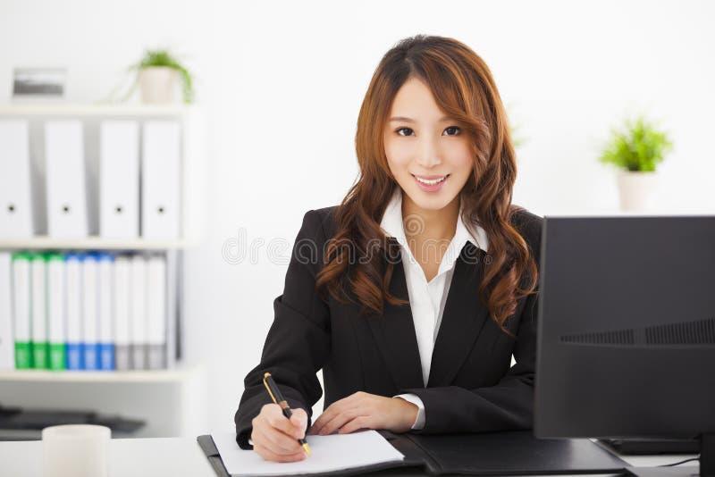 Härlig affärskvinna som arbetar i kontoret royaltyfria foton