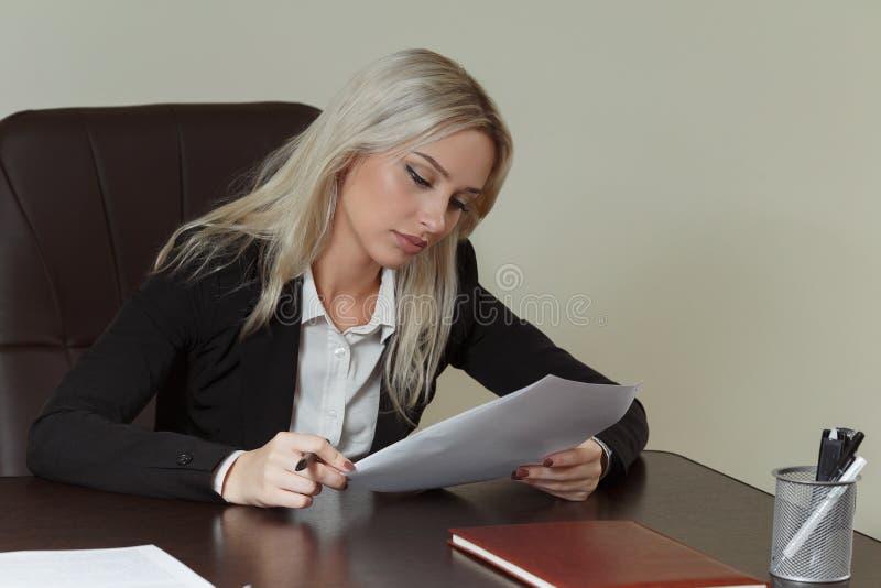 Härlig affärskvinna som arbetar med dokument royaltyfri fotografi