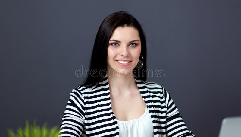 Härlig affärskvinna som arbetar på hennes skrivbordwithlaptop arkivfoto