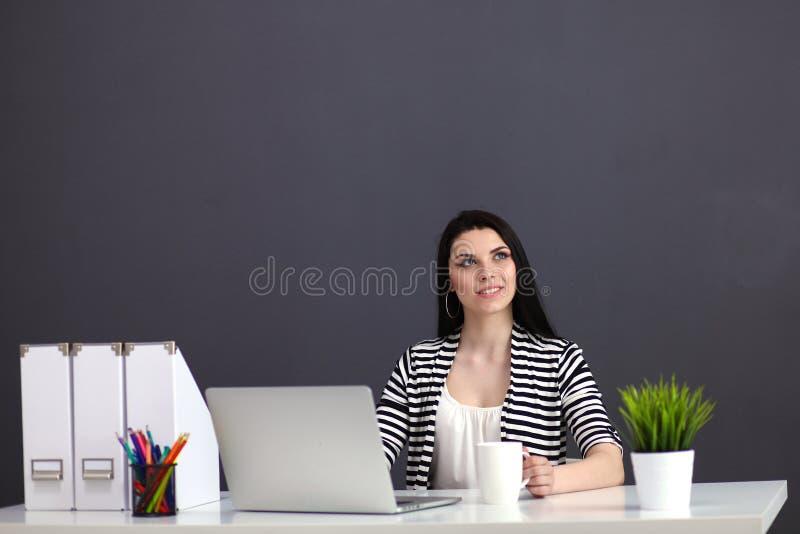 Härlig affärskvinna som arbetar på hennes skrivbordwithlaptop arkivbilder